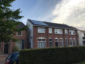 zonnepanelen op het huis van familie Thuis